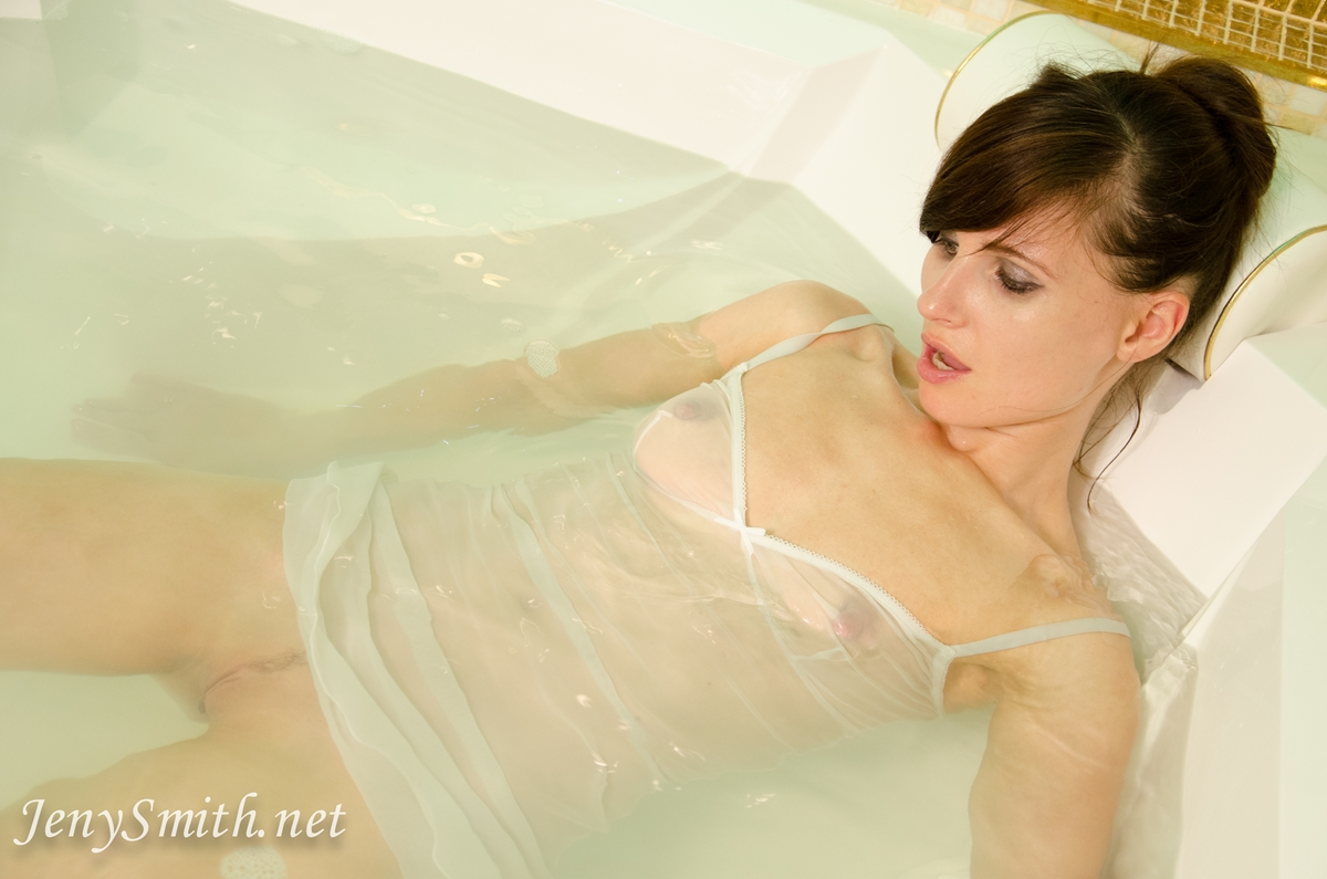 jeny-smith-hot-tub_13