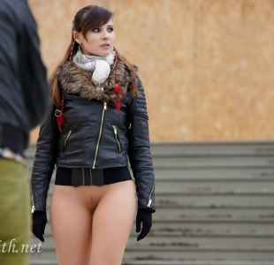 jeny-smith-walking-bottomless_10