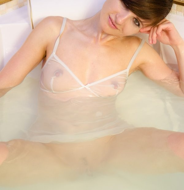 Free Gallery: Jeny Smith gets Wet in the Hot Tub